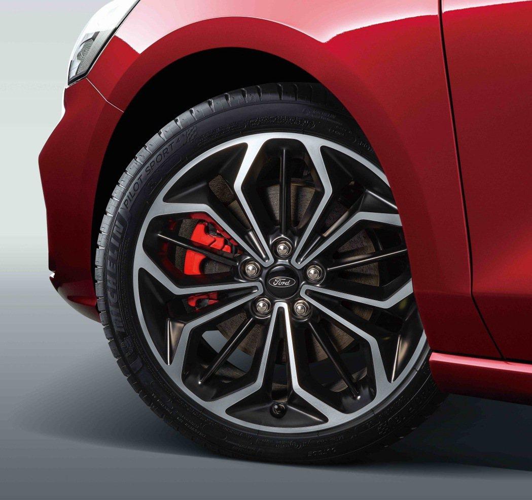 賽道級煞車系統(含前後加大剎車碟盤與紅色卡鉗)。 圖/福特六和提供