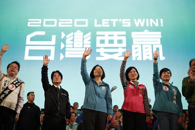 2020總統大選回堪稱台灣史上最詭譎多變的選戰。圖為蔡英文造勢現場。 圖/歐新社