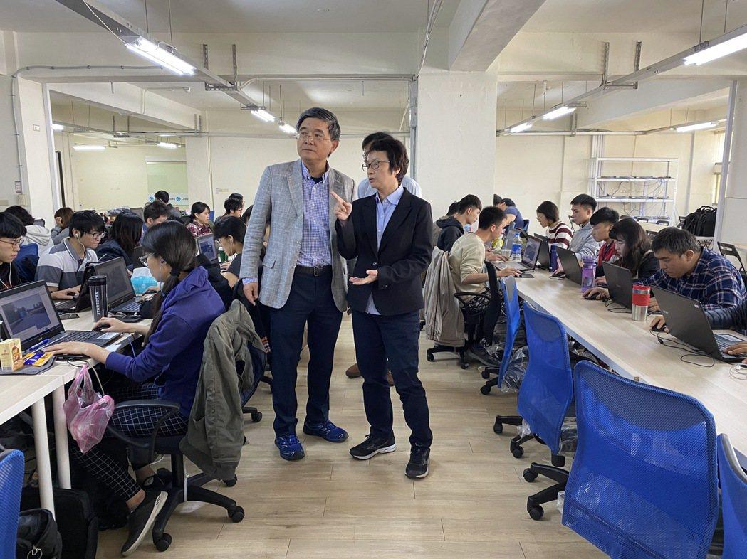 研考會趙主委參觀Linker臺南辦公室。 Linker Networks /提供