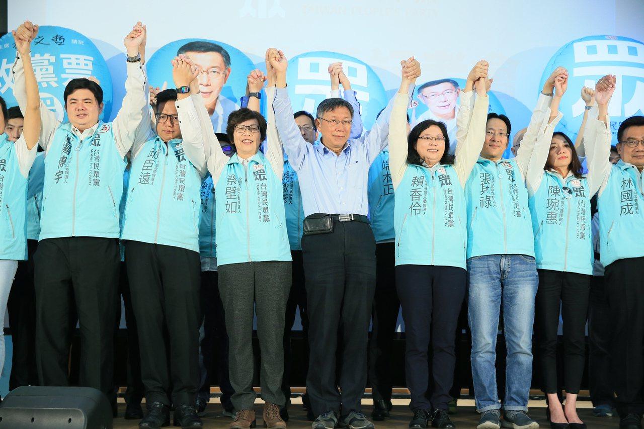 民眾黨政黨票票數昨天一直領先其他第三勢力,主席柯文哲(左四)與所有立委候選人一起...