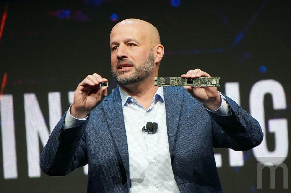Intel客戶運算事業群執行副總裁Gregory Bryant展示「Ice Lake」架構處理器與實際應用主機板設計