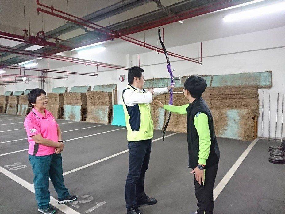汐止國中射箭隊成績一直不錯,新北市議員張錦豪也以建議款協助添購了弓身、弓臂等設備,讓孩子們有更完善的裝備訓練。 圖/觀天下有線電視提供