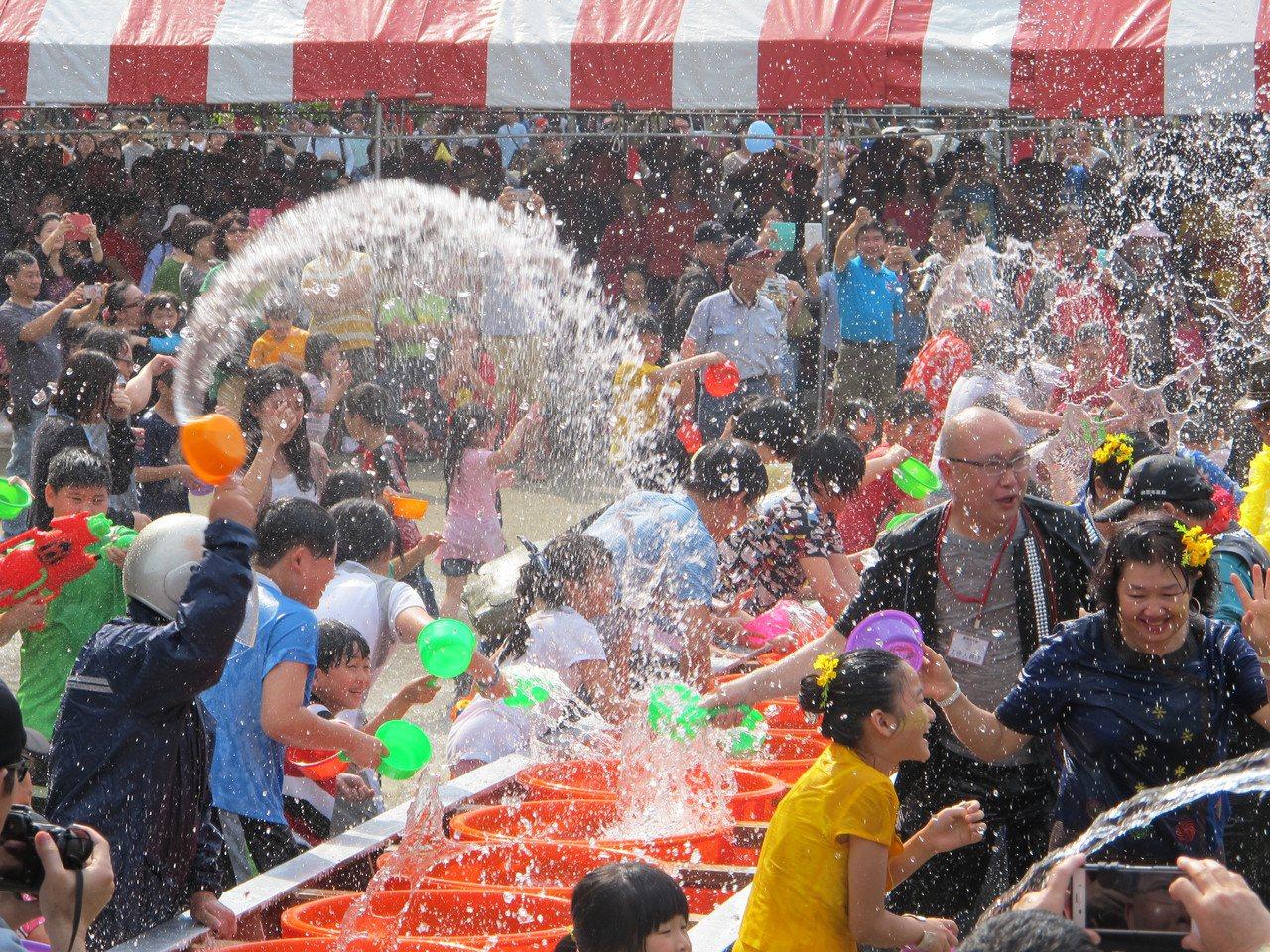 龍岡米干節已經是桃園年度重要節慶,系列活動中雲南特色節慶「潑水節」也極具特色。圖...