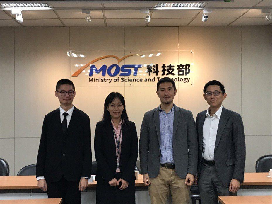 清華大學資訊工程系教授吳尚鴻團隊研發自動產出數位廣告初稿的AI,今出席科技部研究成果發表會。記者潘乃欣/攝影