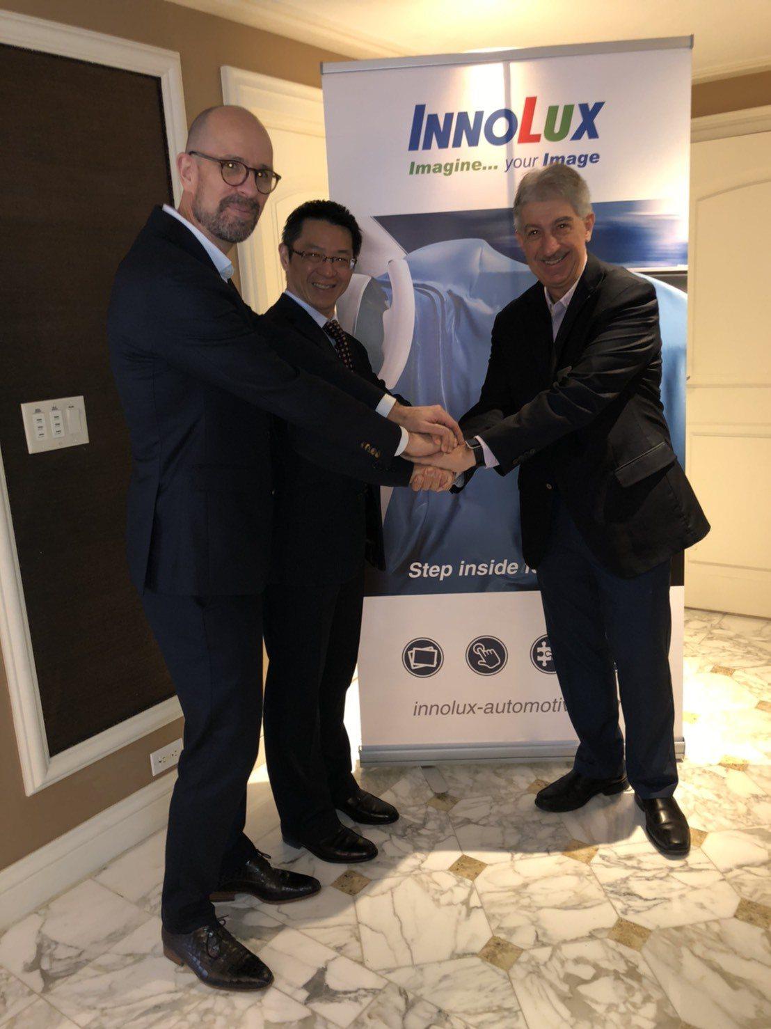 群創荷蘭分公司總經理魯迅(左起)與群創光電董事長洪進揚、 Tanvas Inc....