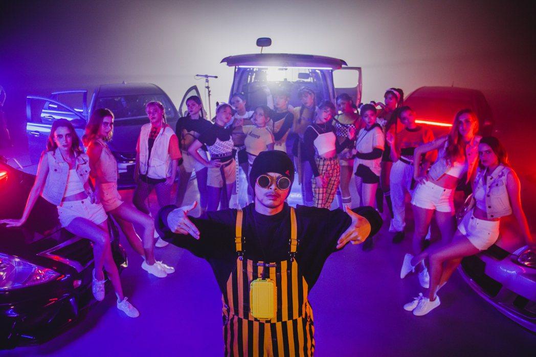 黃明志(前)封路拍攝新歌MV。圖/亞洲通文創提供