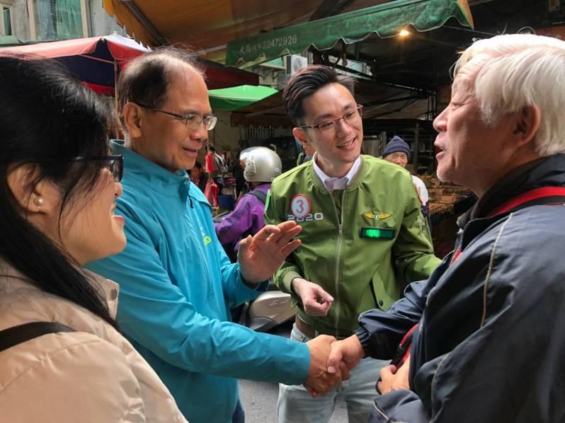行政院前院長游錫堃(左二)陪同立委候選人蔡沐霖(左三)到永和民治市場掃街。圖/蔡沐霖辦公室提供