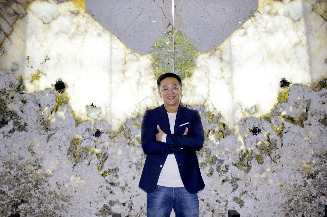 陳昭榮在天使翅膀前拍照。圖/豐聖大理石提供