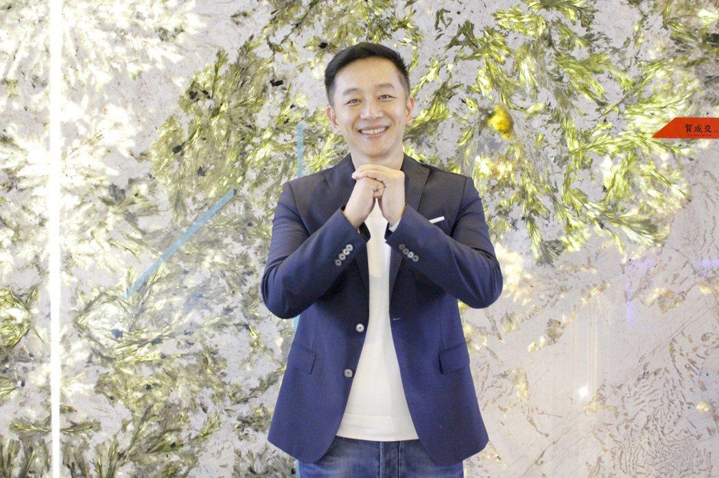 陳昭榮在號稱發財樹的大理石前賀歲。圖/豐聖大理石提供