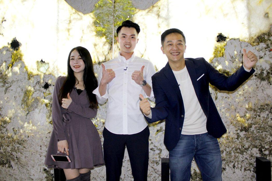 若晴(左起)、店家吳老闆、陳昭榮在天使翅膀前合照。圖/豐聖大理石提供