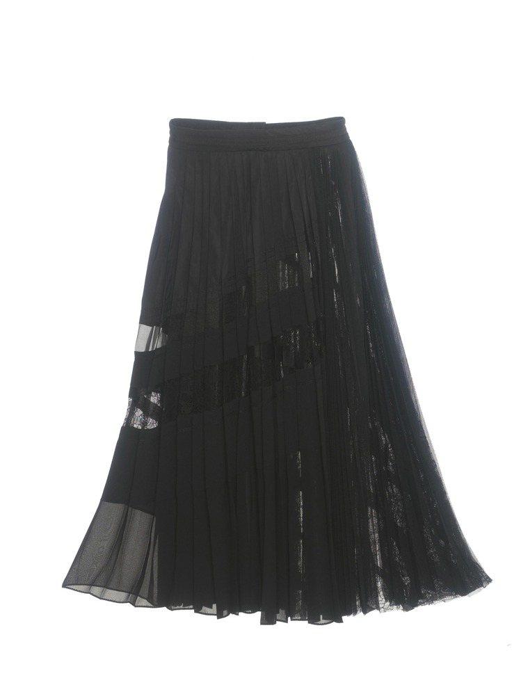 黑色的長裙分別以蕾絲和織帶等不同材質拼接,繁複的手工彰顯了夏姿‧陳春夏系列精神。...