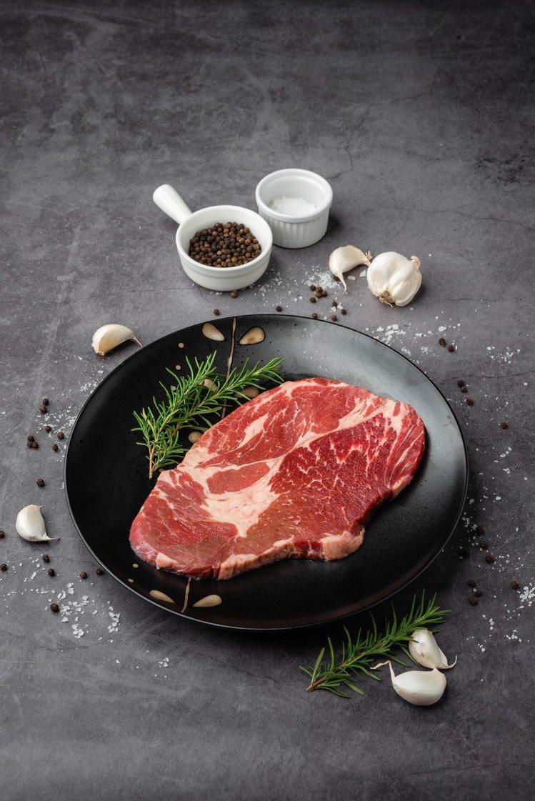 「好牛肉在萊爾富」大塊肩胛沙朗牛排,售價199元。圖/萊爾富提供