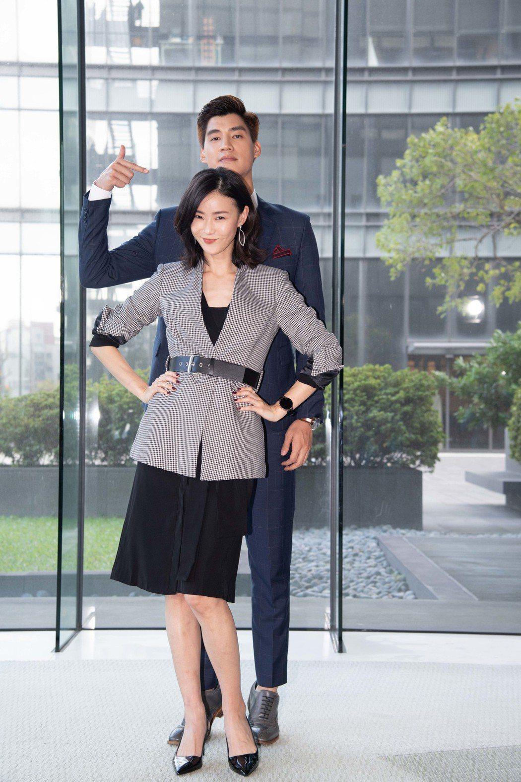 鍾瑶(前)和羅宏正合作新戲「跟鯊魚接吻」。圖/三立提供