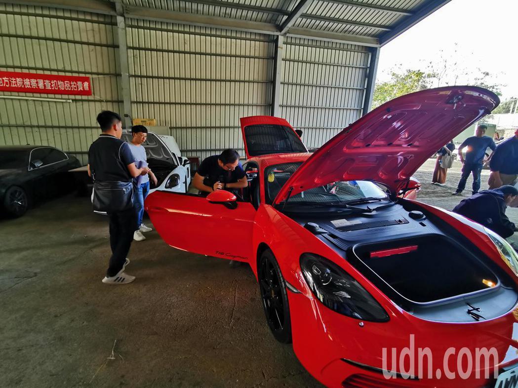 嘉義地檢署今天對查扣跑車做拍賣鑑價,紅色保時捷初估價為215萬。記者卜敏正/攝影