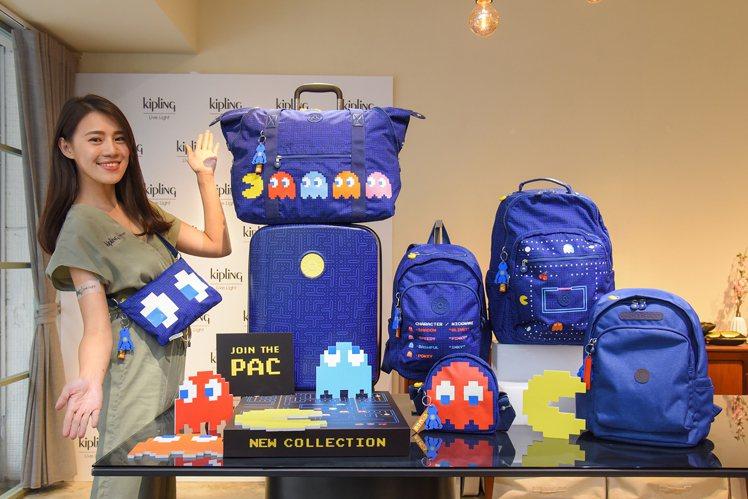Kipling & PAC-MAN系列限量包款,備有印製迷宮路線的丈青色丹寧款。...
