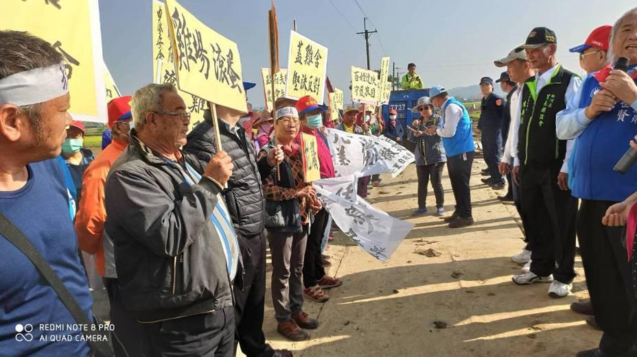 種電變養雞場? 百餘名台南白河鄉親拉布條抗議。圖/台南市議員張世賢服務處提供