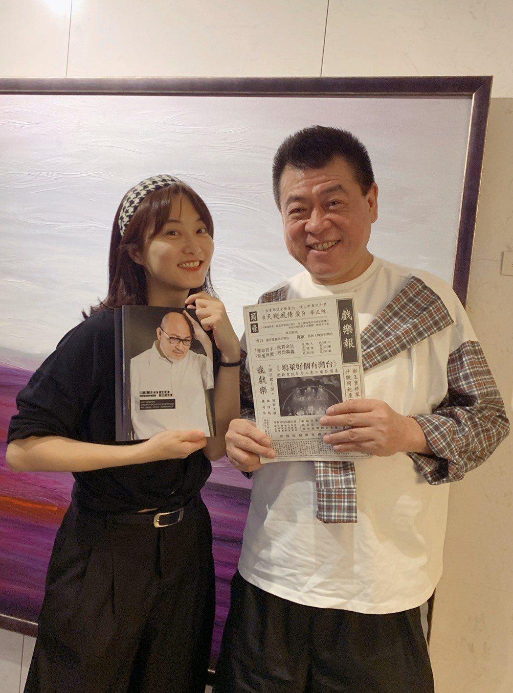 孫德榮(右)和趙小僑看音樂劇「台灣有個好萊塢」。圖/孫德榮提供