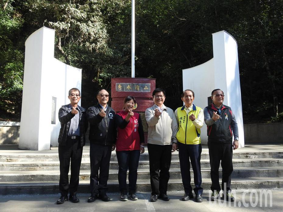 交通部長林佳龍(右3)今視察台灣地理中心碑,宣布確定納入日月潭風景區,且要打造「台灣之心」國際化景區。記者賴香珊/攝影