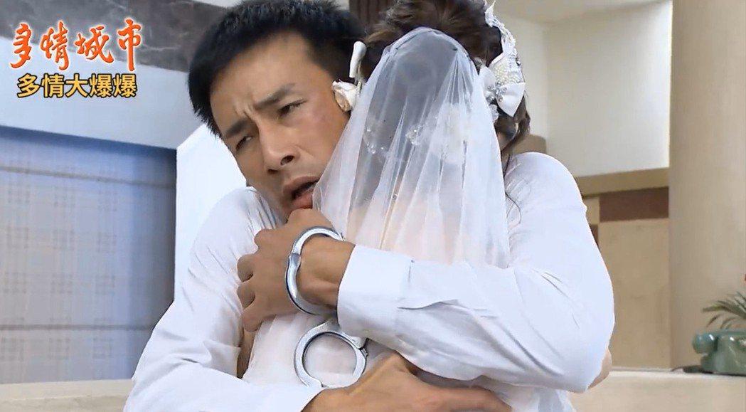 傅子純在戲中戴手銬逃獄,阻止女友(廖苡喬飾演)結婚。圖/民視提供