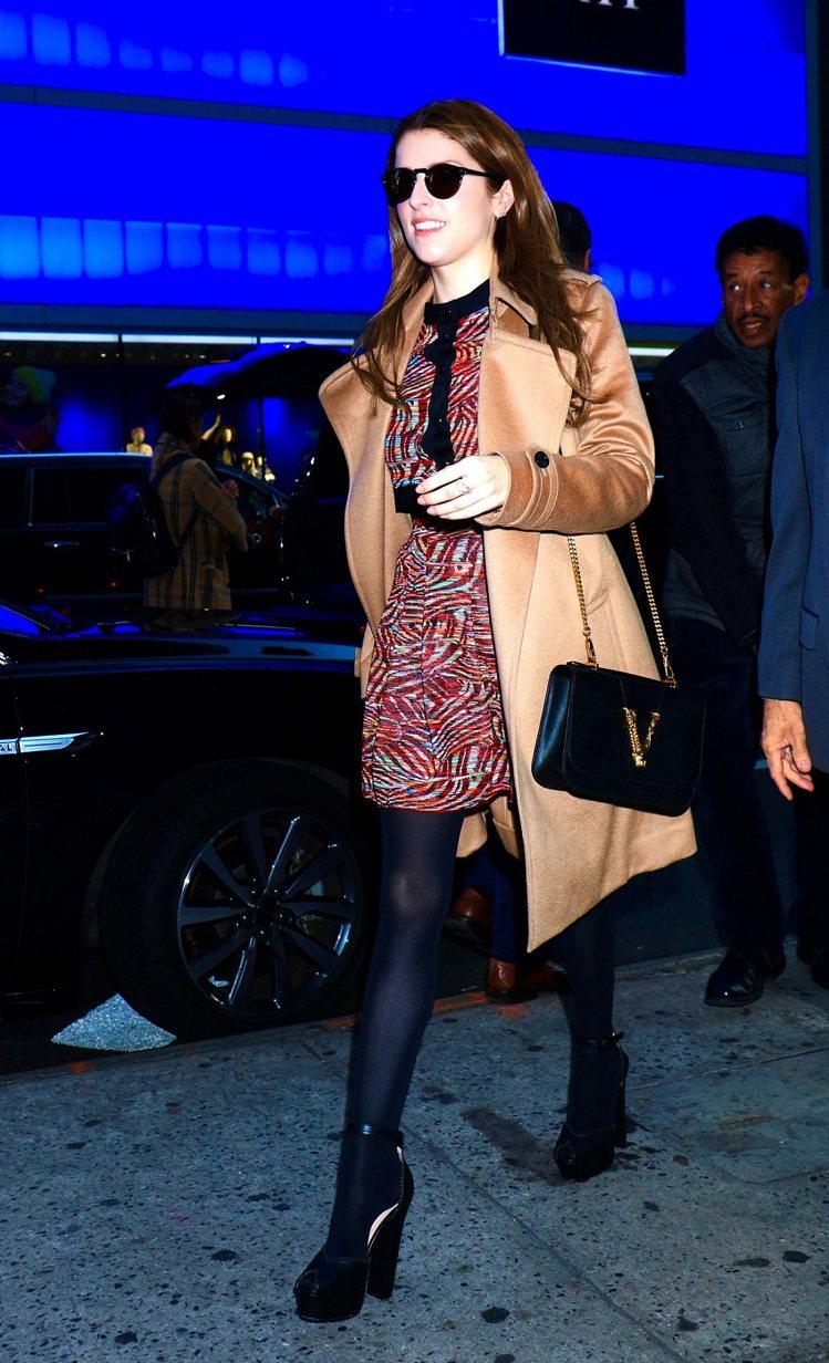 好萊塢女星安娜坎卓克肩揹Virtus黑色牛皮V字裝飾單肩包,65,000元。圖/...