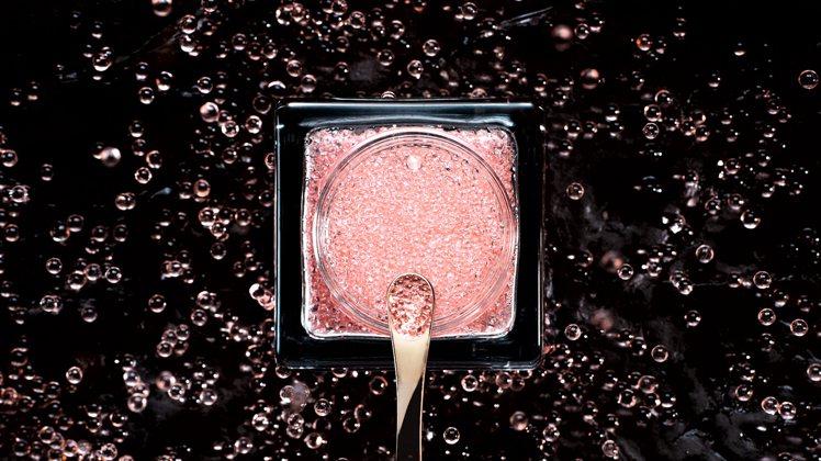 DIOR迪奧精萃再生微導魚子膠囊,每罐75ml中,含有17,000顆玫瑰魚子膠囊...
