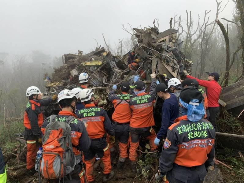 空軍黑鷹直升機2日墜毀山區造成8死5傷,軍方不滿運安會洩漏「黑盒子」判讀資料,還傳出要查洩密,引發議論。圖/消防局提供