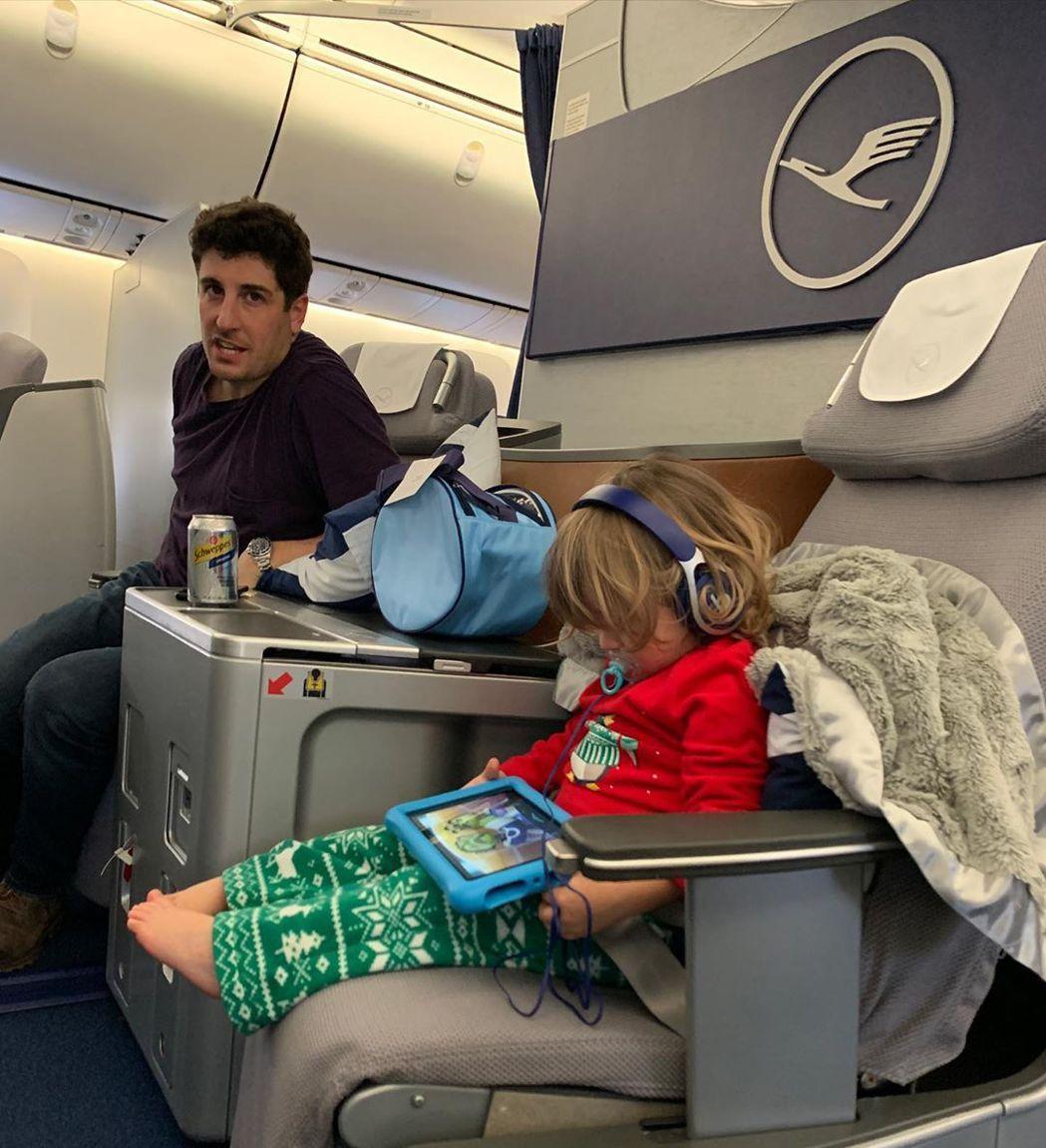 傑森畢格斯在飛機上設法讓兒子乖乖玩遊戲。圖/摘自Instagram