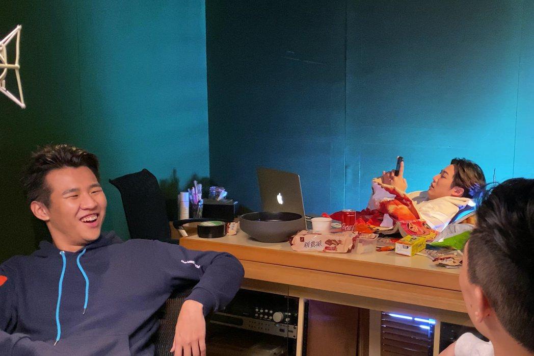 屁孩(左起)、熊仔、rgry一起演出「主打歌」MV。圖/索尼提供