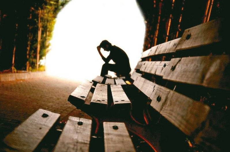 現代人的心理健康需要格外關注,尤其長者進入空巢期後面臨生活型態的轉變、人際關係的疏離,憂鬱指數節節上升。 圖/聯合報系資料照片