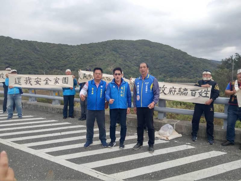 國民黨台東立委候選人張志明(右)與章正輝(左)昨天到達仁鄉南田部落火箭試射場,拉布條抗議。記者尤聰光/攝影