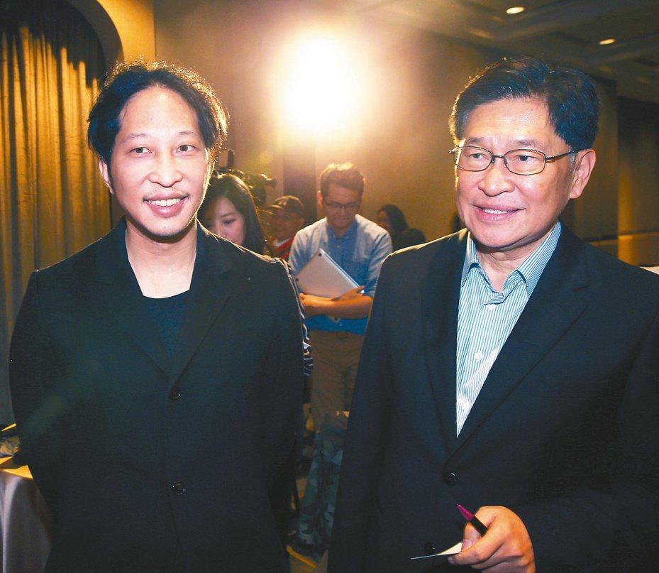 街口支付執行長胡亦嘉(左)昨表示考慮延後「託付寶」上線時間,父親前中華開發工銀董事長胡定吾(右)現身支持,也呼籲金管會鼓勵金融創新。記者蘇健忠/攝影