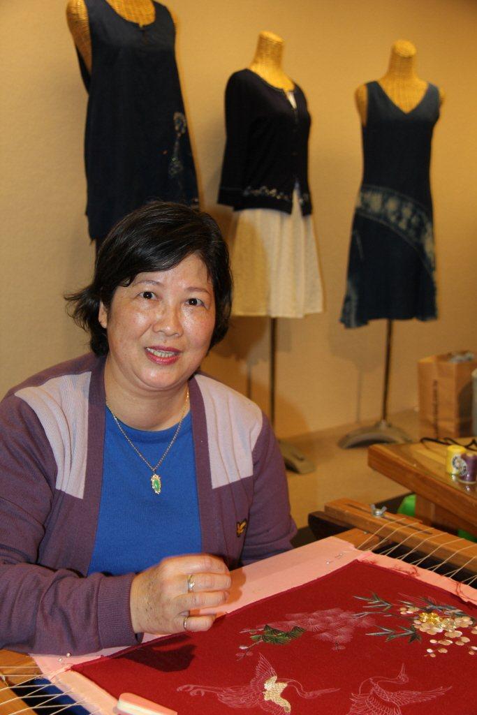 刺繡老師劉千韶在展場表演,她表示,學員年紀越來越輕,很可喜。 圖/聯合報系資料照片