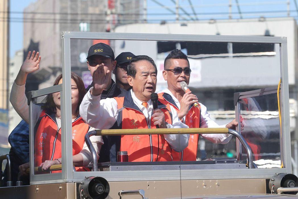 親民黨總統候選人宋楚瑜(前)昨天前往台中烏日區進行車隊掃街拜票。記者黃仲裕/攝影