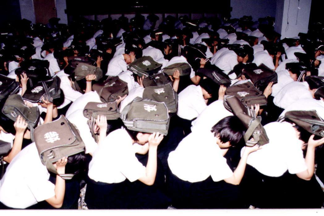 演習時學生頂著書包,在防空避難室避難。 圖/聯合報系資料照片