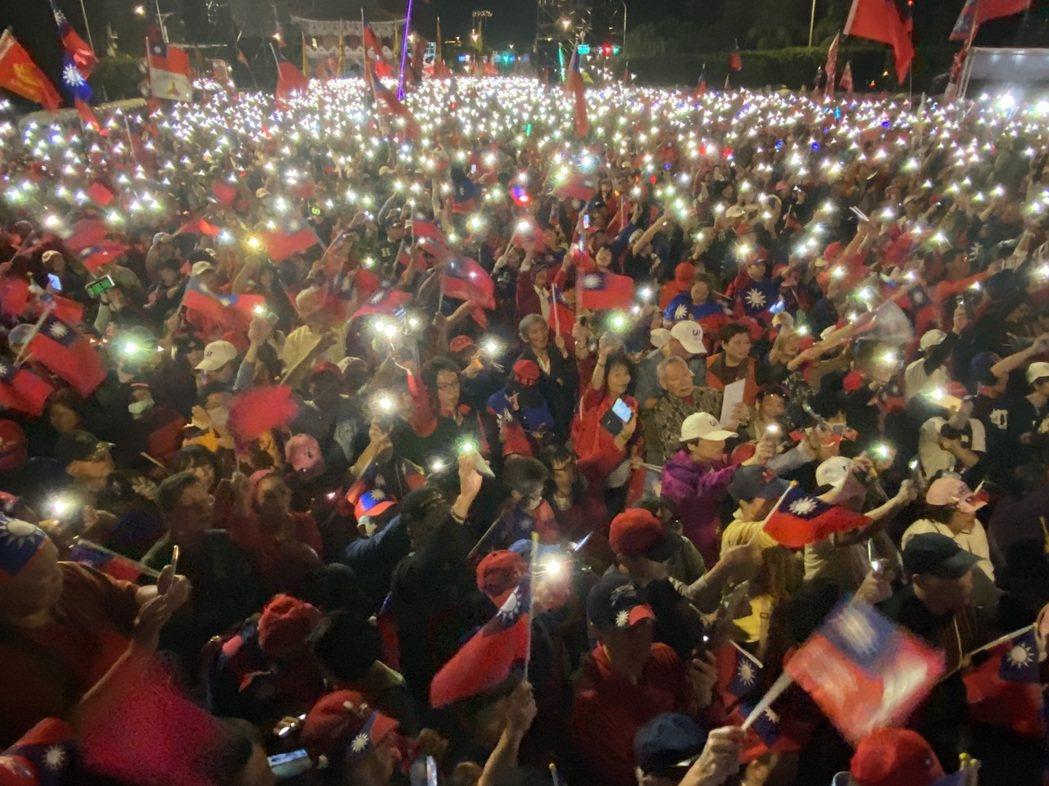 國民黨總統候選人韓國瑜今晚在凱道舉辦「台灣安全人民有錢」凱道勝利晚會,現場湧進大...