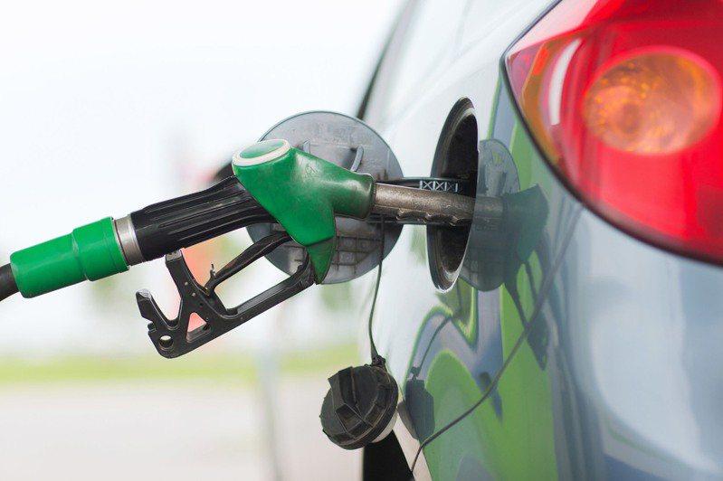 中油今宣布,自明(3)日凌晨零時起汽、柴油價格每公升各調降0.9及1.0元。圖/Ingimage