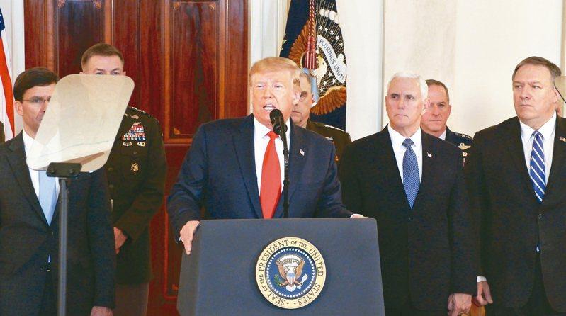 美國總統川普(中)8日在副總統潘斯(右二)和國務卿龐培歐(右一)陪同下,公開回應伊朗的報復攻擊行動,說美軍無傷亡,他沒有再動武的打算。 新華社