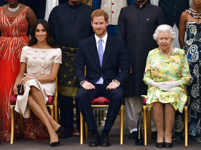 未先徵詢女王(右),哈利王子(中)和妻子梅根(左)逕自宣布退出「資深」王室成員身分。 美聯社