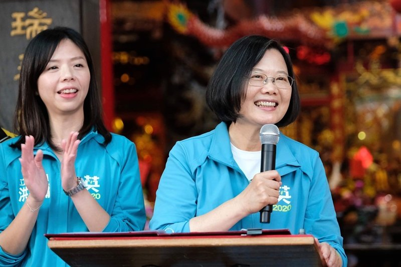 蔡英文(右)因未婚無子而被攻擊,洪慈庸(左)卻被指責「忙著結婚生子」。 圖/聯合...