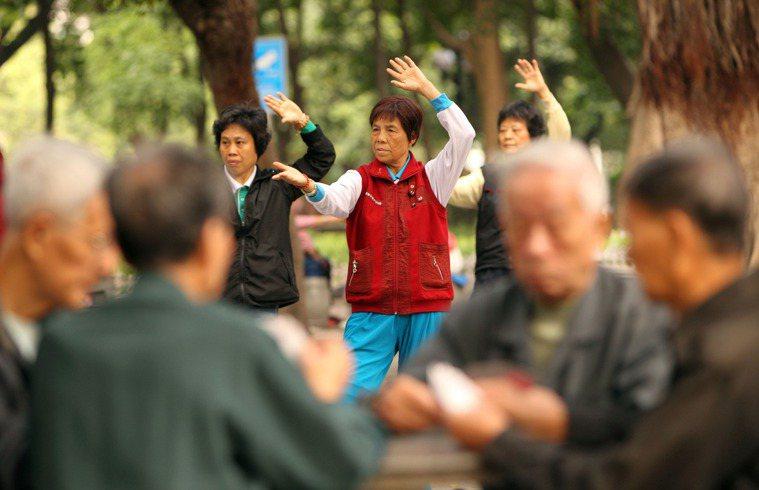 肌肉老化雖無法避免,但運動可減緩老化和減少肌肉發炎,圖為一群正在做著晨操的銀髮族...