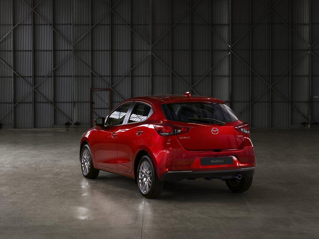 NEW MAZDA2結合簡潔俐落與時尚優雅的風範,車尾呼應車頭造型設計。 圖/ ...