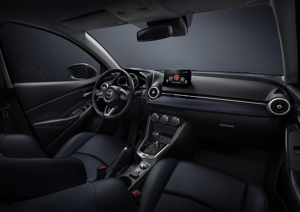 NEW MAZDA2以全新藍黑雙色內裝進一步詮釋優雅質感,大幅精進車室寧靜度並針...