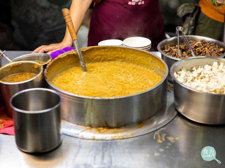 蚵仔麵線的紅麵線不僅帶有焦糖色澤,在久煮後麵體糊而不爛! 圖片提供/食力