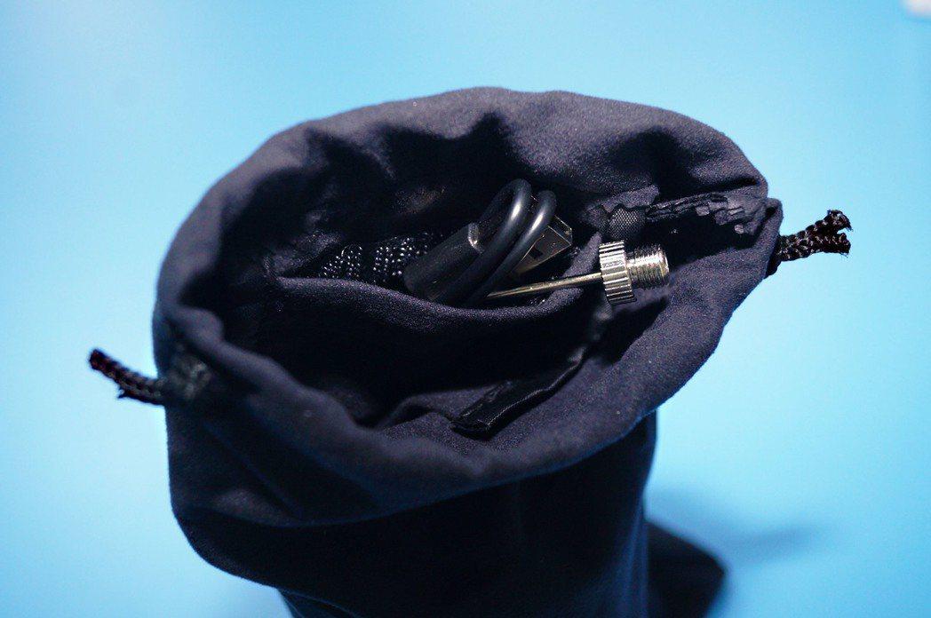 附贈的收納袋還有小暗袋可以收納球針、氣嘴等用品。 記者趙駿宏/攝影