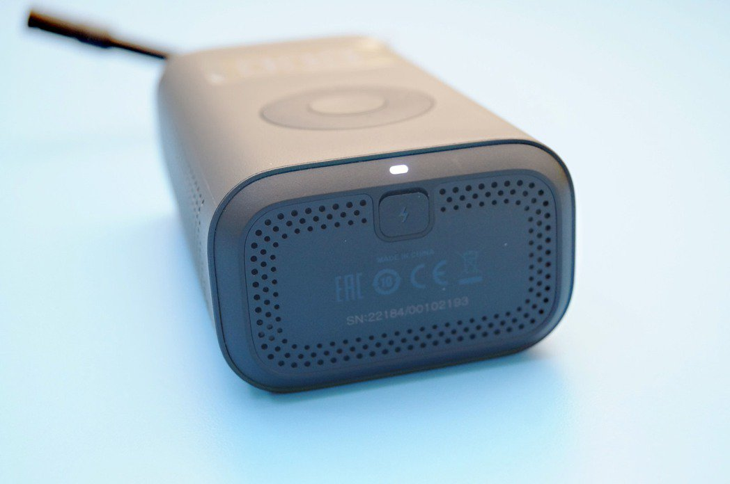 USB Micro-B的充電孔在機體下方。 記者趙駿宏/攝影