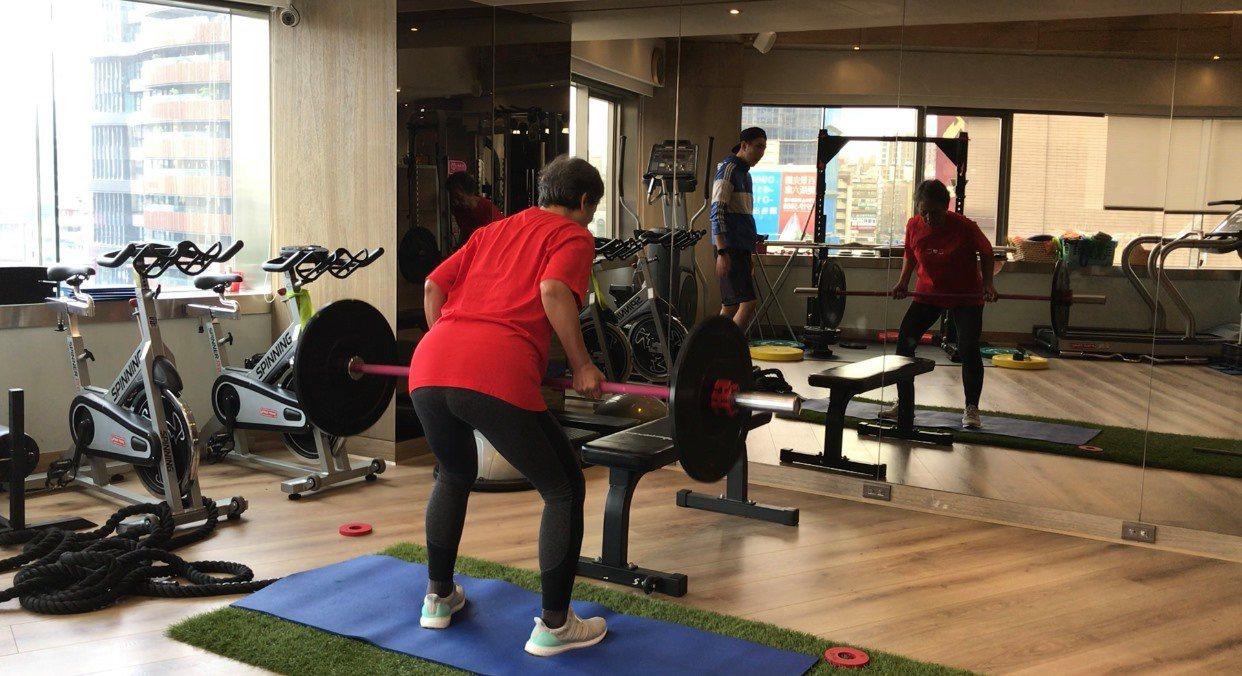 愈來愈多熟齡族群開始進健身房重訓,為自己存肌力。 圖/陳少偉提供