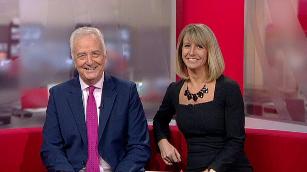 莉茲(右)因為身上的衣服拉鍊爆開,只好用夾子緊急處理。 圖/翻攝自BBC