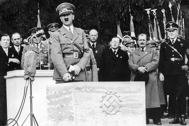 圖為1938年5月26日,希特勒在福斯車廠奠基儀式上致詞。  圖/美聯社