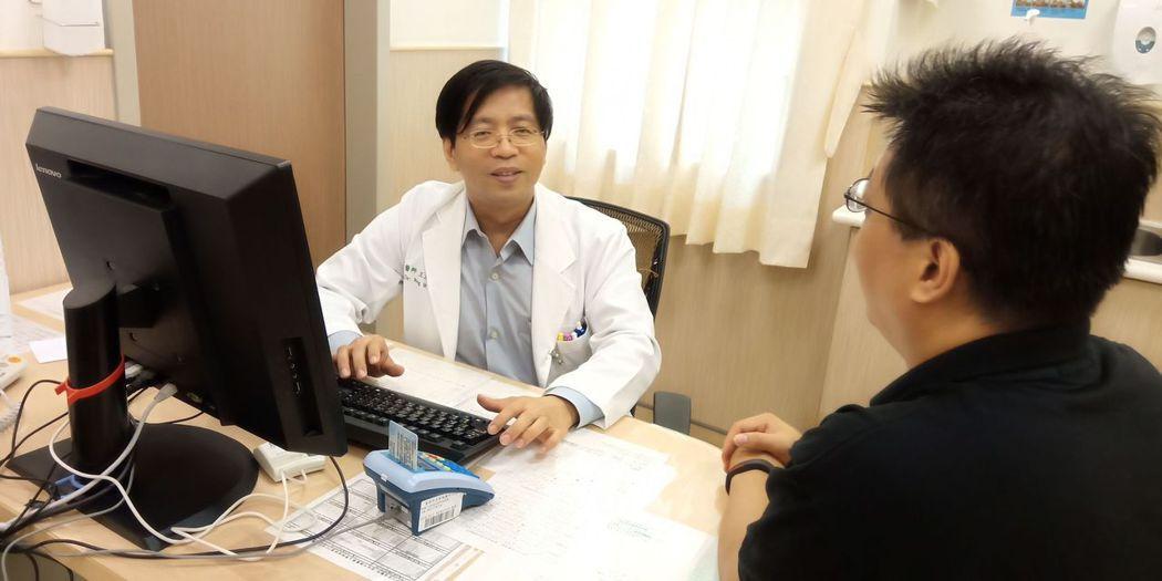 安南醫院精神科醫師王文隆(左)說,選舉只是一時,身體健康才是一輩子的事。圖/安南...