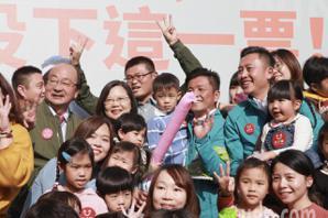 蔡英文高舉「我陪你一起養孩子」